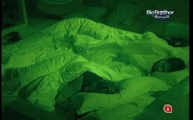 Animados com a viagem a Recife, Monique e Yuri dormem no Quarto do Líder