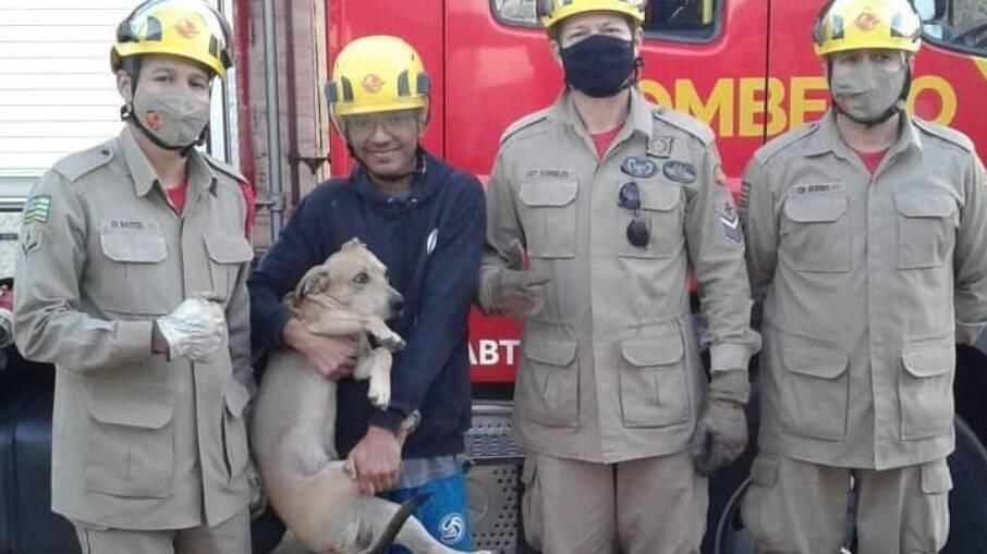 Os bombeiros que retiraram o cãozinho posaram para foto