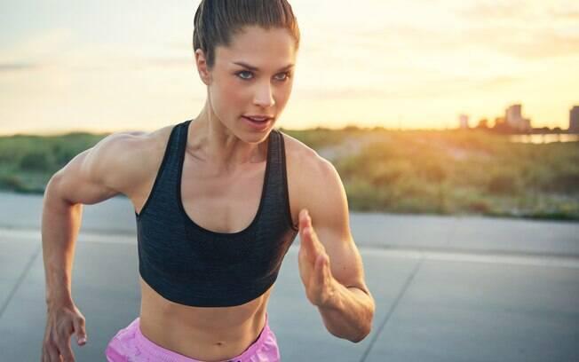É difícil manter o foco ao fazer exercício longe da academia, mas compensa por evitar gastos e ser flexível