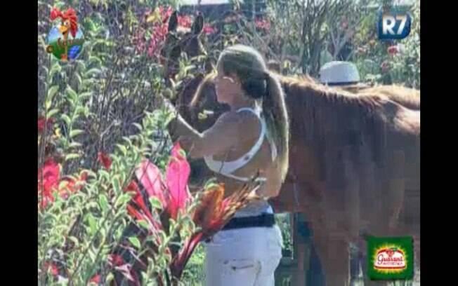 Joana ajuda Raquel e Dani a cuidar dos cavalos