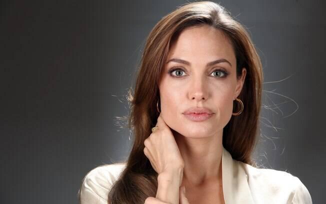 """Angelina Jolie se diz """"nervosa"""" ao começar a dar aulas na Inglaterra"""