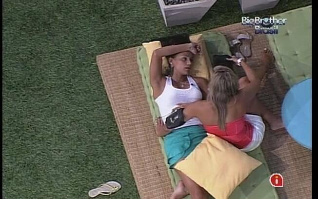 Kelly é consolada por Fabiana