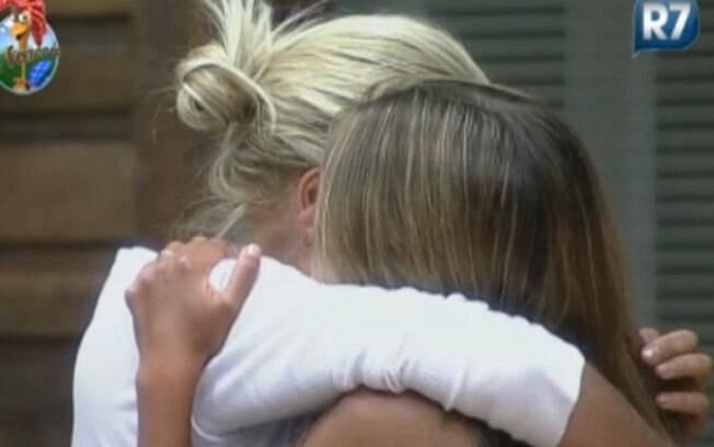 Monique Evans e Raquel Pacheco choram abraçadas