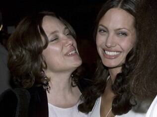 Angelina com a mãe, em 2001: atriz optou pela retirada das mamas para reduzir as chances de ter câncer