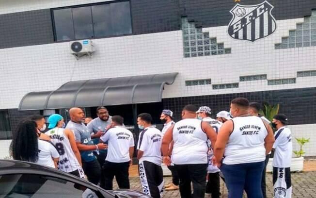 Torcida do Santos cobra reação da equipe