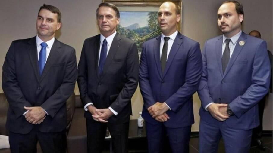 Jair Bolsonaro ao lado dos filhos Flávio, Eduardo e Carlos