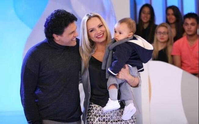 Eliana com o marido e o filho no palco da atração