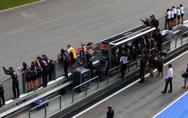 Red Bull comemora dobradinha dos pilotos da  escuderia na Malásia