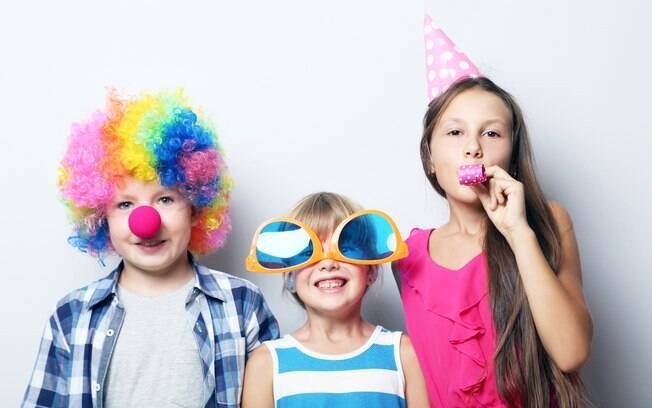 Fantasias para crianças podem ir desde um simples palhaço ou chapéu engraçado até produções mais elaboradas
