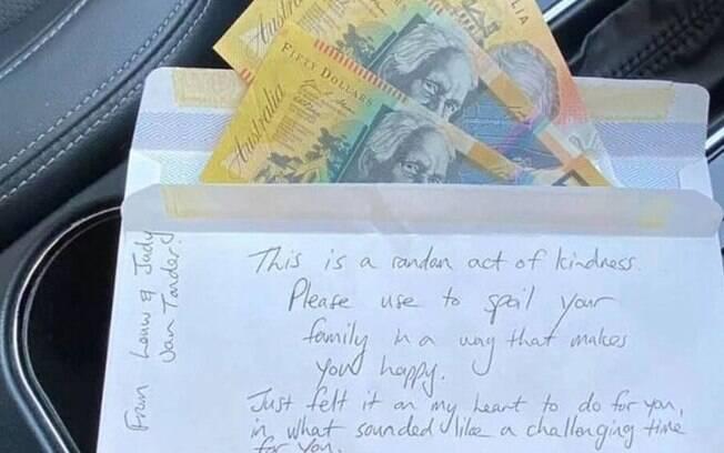 envelope cheio de dinheiro que Jen Wilis encontrou no seu carro