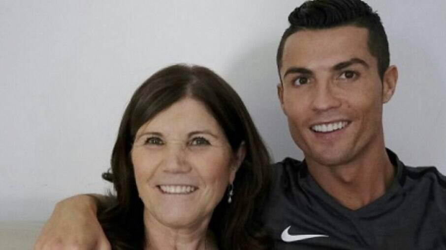 Cristiano Ronaldo ao lado da mãe