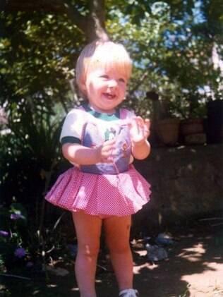 Angélica posta foto de quando era criança e faz brincadeira dizendo que é sua filha, que ainda não nasceu
