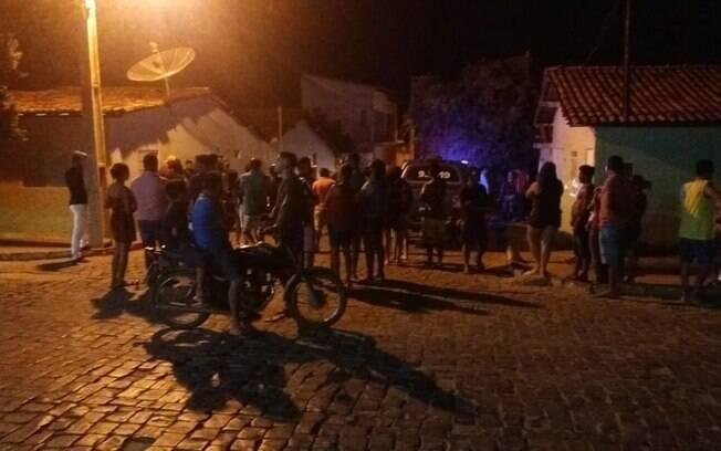 Moradores se aglomeram na rua onde candidato a vereador foi perseguido por homens armados e morto a tiros