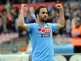O atacante argentino marcou três vezes em casa e sustentou o time de Nápoles na terceira colocação da tabela, que dá vaga na fase preliminar da próxima Liga dos Campeões.
