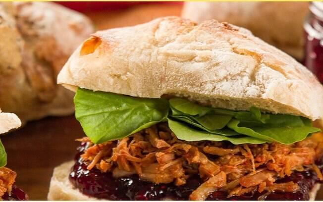 O sanduíche de pernil é delicioso e uma forma de aproveitar as sobras de pernil