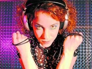 Karina Buhr. Recifense faz show com som moderno e vocal forte