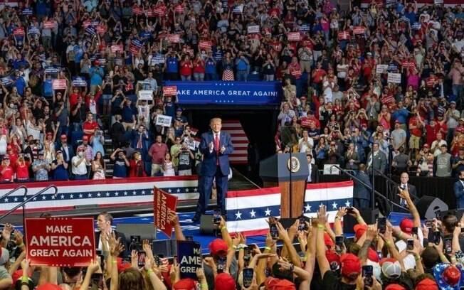Durante comício, Trump chegou a criticar carga de testes realizadas no país