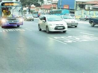 Constatação. Reportagem percorreu a avenida Amazonas na tarde de ontem e flagrou vários veículos invadindo faixa preferencial