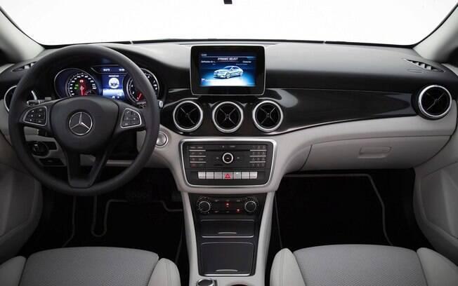 Mercedes CLA 180 precisa de uma melhor central multimídia e de melhor ergonomia no interior relativamente simples