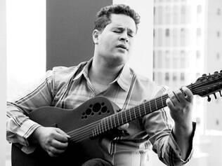 Pedro tocando violão
