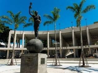 Uma estátua de Bellini encanta os visitantes em uma das entradas do Maracanã