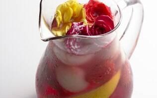Sangria de lichia, morango, cranberry e limão siciliano