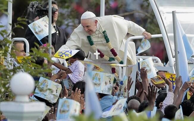 Papa Francisco estende a mão para tocar em seus devotos enquanto chega à igreja de Nossa Senhora de Madhu em Madhu, Sri Lanka (14/01)
