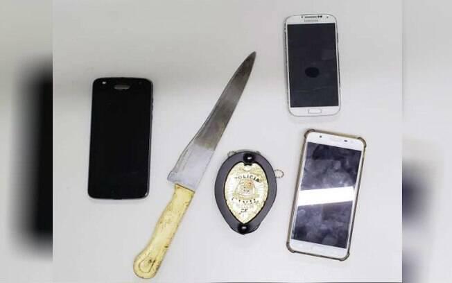 Celulares roubados no ônibus e uma faca usada no crime foram encontrados pela polícia