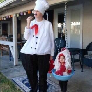 Muita fofura: a mãe é chef de cozinha e a criança, o prato de macarronada