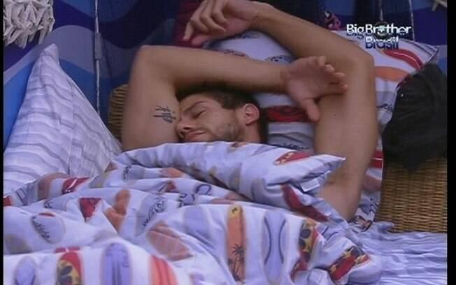 Jonas continua na cama mesmo depois do toque de despertar
