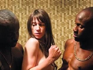 Desconhecido. A protagonista propõe sexo a dois homens cujo idioma não consegue compreender