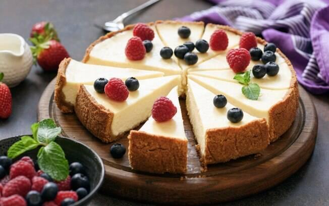 A torta fica brilhante e fofinha se bater bem os ingredientes