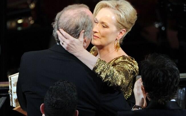 Meryl Streep beija o marido Don Gummer assim que escuta que venceu o Oscar de melhor atriz no domingo (26)