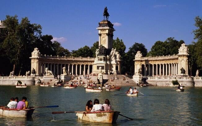 Passear de barco no Parque Retiro é boa opção em Madri