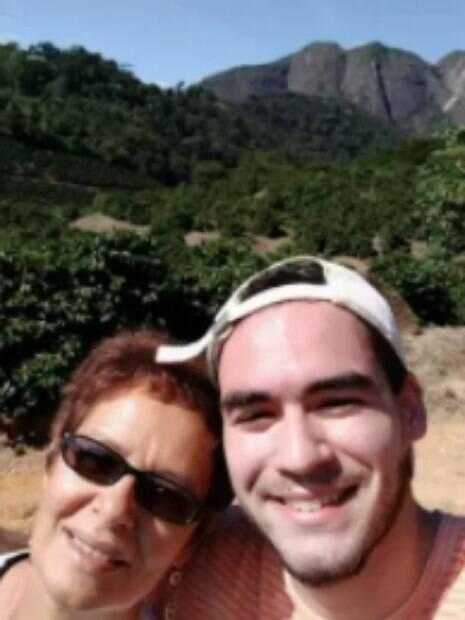 Guilherme ao lado da mãe
