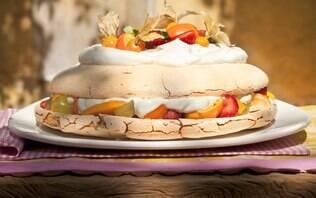 Pavlova (suspiro grande) com frutas e chantilly