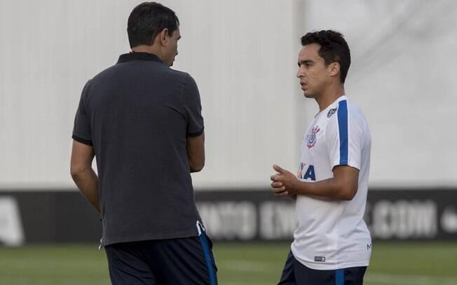Fábio Carille conversa com Jadson antes da partida pela Copa Sul-Americana. Você acompanha o duelo ao vivo no tempo real do iG
