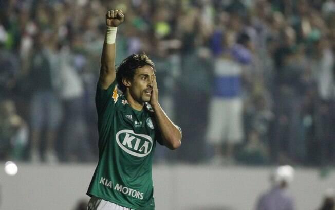 Valdivia celebra o gol de pênalti  homenageando o atacante Barcos