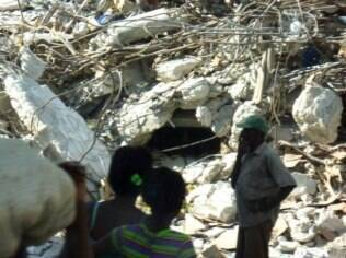 Terra devastada: grupo brasileiro encontrou casas e pessoas em escombros