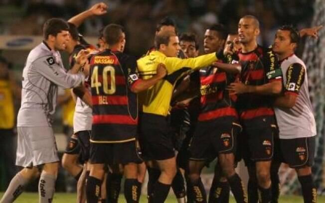 e13a03645fa73 Confusão armada em jogo do Brasileirão 2009. Sport reclamou que árbitro  devia ter anulado gol. Rivalidade Palmeiras x ...