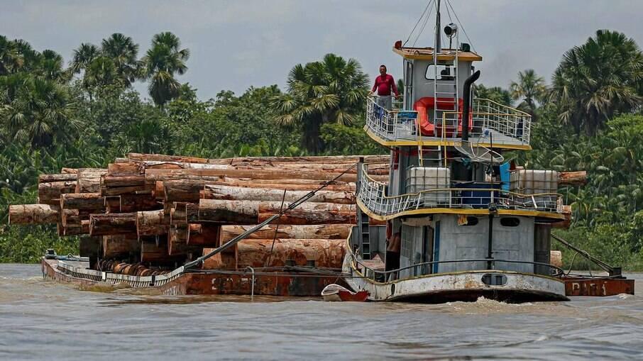 Em imagem de setembro de 2020, embarcação transporta madeira extraída pelo rio Murutipucu River no município de Igarapé-Miri, no Pará