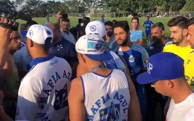 Torcedores do Cruzeiro invadiram CT para cobrar jogadores neste ano
