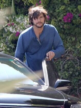 Ashton Kutcher é flagrado deixando a casa de Mila Kunis, em Los Angeles