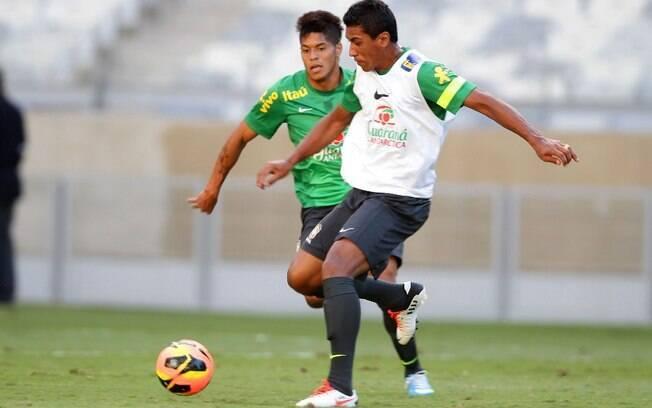 Leandro tenta recuperar a bola de Paulinho,  durante o treino da seleção brasileira