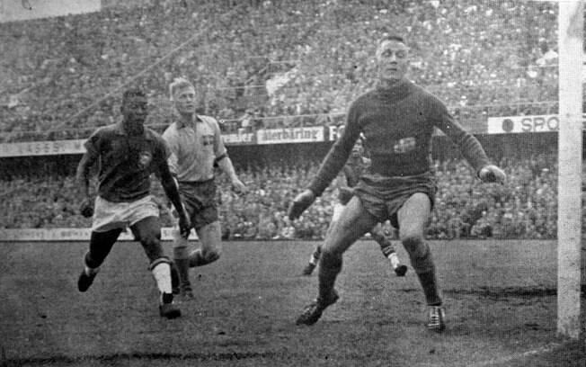 Pelé em ação pela seleção brasileira na Copa de 1958. Na época, tinha apenas 17 anos e brilhou na reta final da conquista. Foto: Gazeta Press