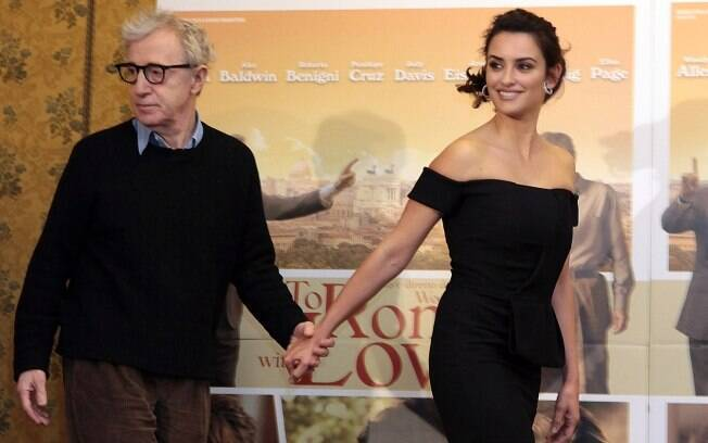 Woody Allen e Penélope Cruz chegando para a première de