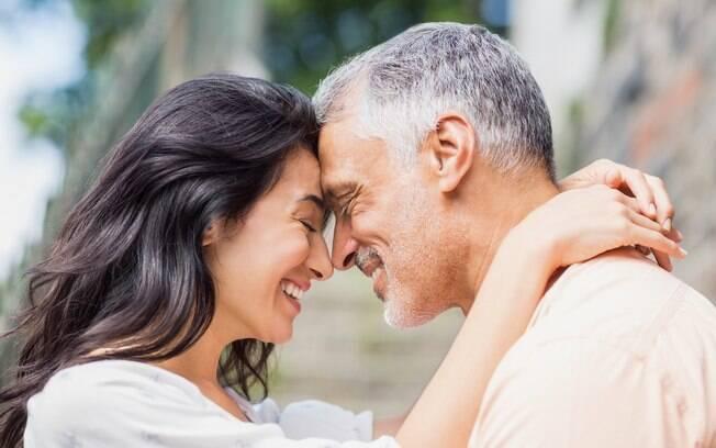 Segundo pesquisa, casal é mais feliz depois de muitos anos de casado, pois valorizam a história que construíram juntos