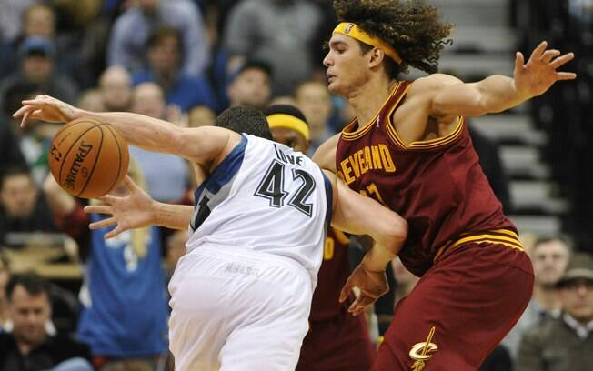 Varejão tenta desarmar Kevin Love, ala-pivô  do Minnesota Timberwolves