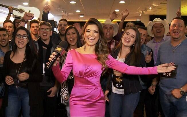 Amanda Françozo posa com candidatos da disputa musical