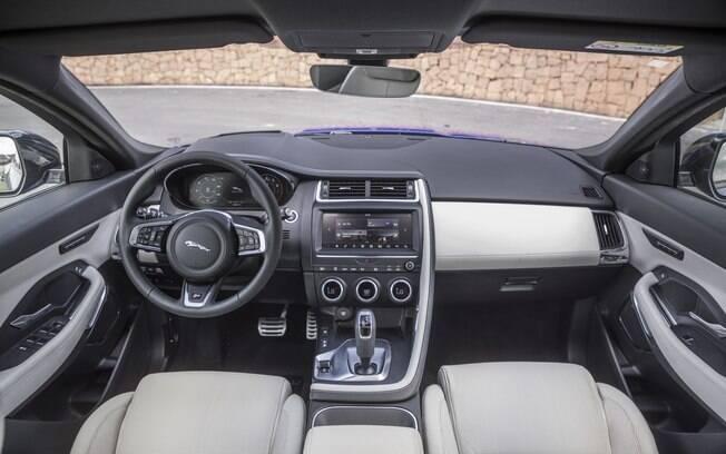 Interior é de bom gosto, mas botões do volante são pequenos e há comandos demais nas alavancas da coluna de direção